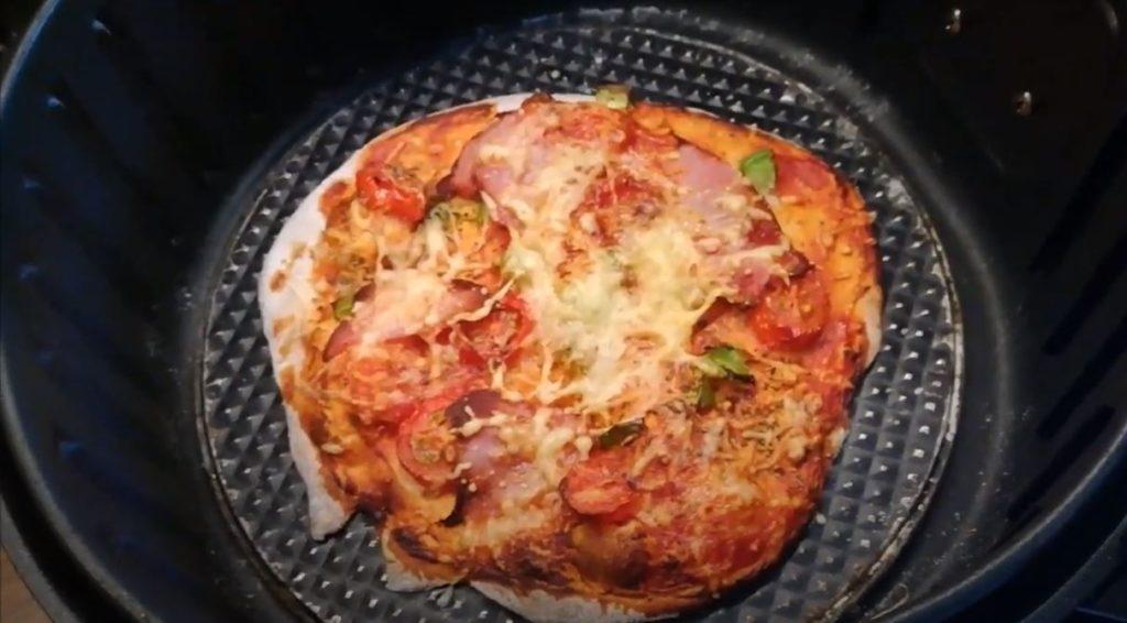 Pizza aus Brötchenteig aus der Heissluftfritteuse