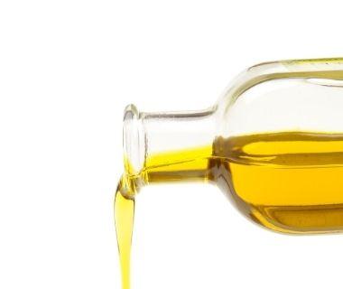 Auch eine Heißluftfritteuse benötigt bei machen Speisen einen Tropfen Öl.