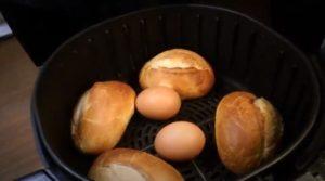 Eier und Brötchen aus der Heißluftfritteuse